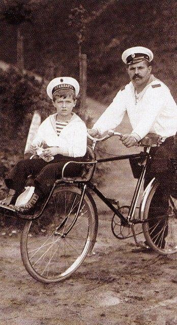 Цесаревич Алексей с дядькой Деревенько (около 1910 г.)