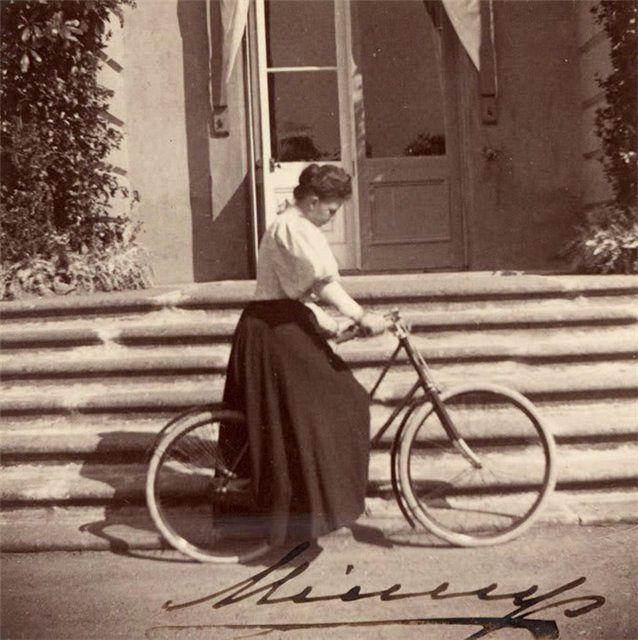 Императрица Мария Федоровна во время велосипедной прогулки
